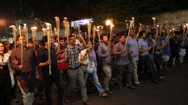 شرطة بنجلادش تلقي القبض على ثلاثة رجال بعد هجوم على كاتب بارز