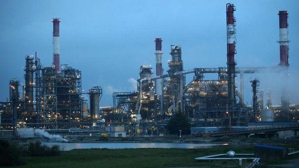 النفط يهبط بفعل ارتفاع انتاج ومخزونات الخام في أمريكا