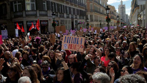 إسبانيات ينظمن إضرابا على مستوى البلاد احتجاجا على عدم المساواة