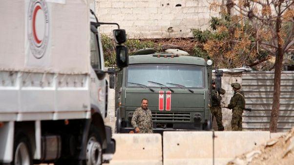 الصليب الأحمر: قافلة مساعدات عبرت خط الجبهة ودخلت الغوطة