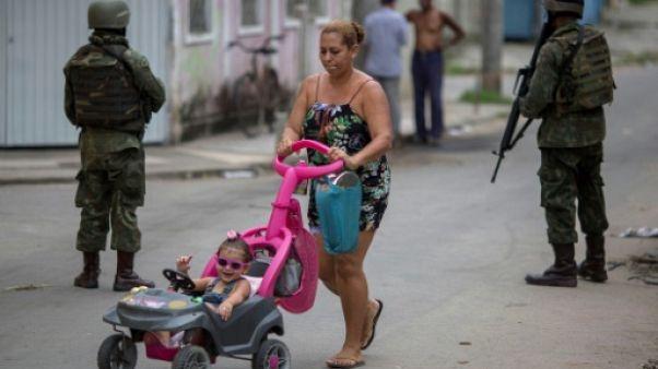 A Rio, l'armée sous le regard vigilant des habitants