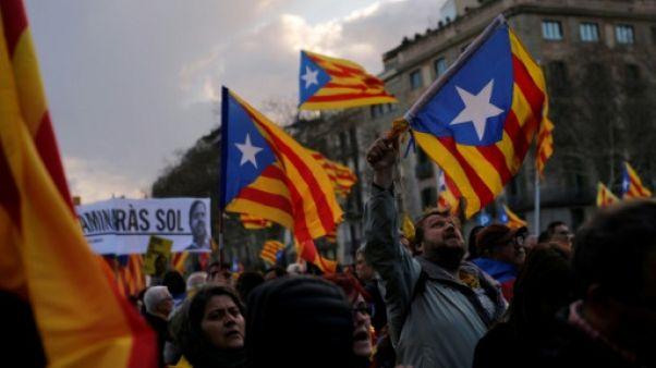 """Catalogne: des indépendantistes défilent pour """"la République maintenant"""""""