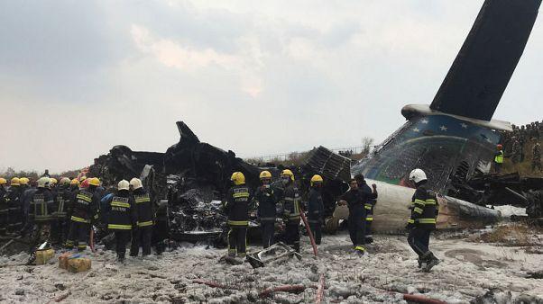 انتشال 8 جثث من حطام طائرة بنجلادش التي سقطت في نيبال