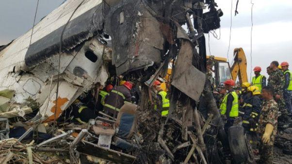 Népal: au moins 27 morts dans le crash d'un avion bangladais