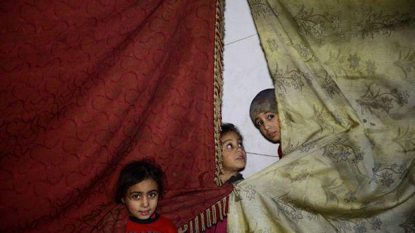 سكان الغوطة يقولون إن حتى دفن القتلى محفوف بالمخاطر