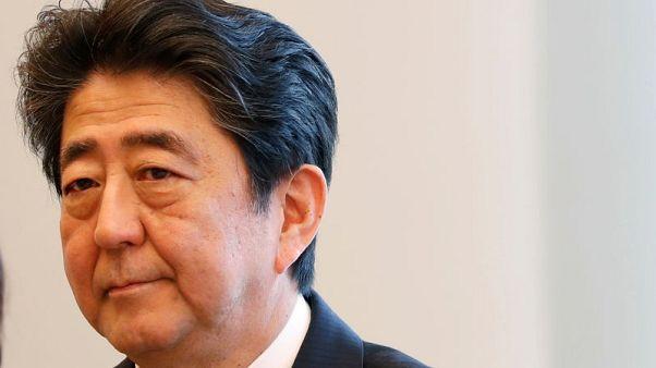 رئيس وزراء اليابان يقول الوثائق تظهر عدم تورطه وزوجته في بيع أرض حكومية