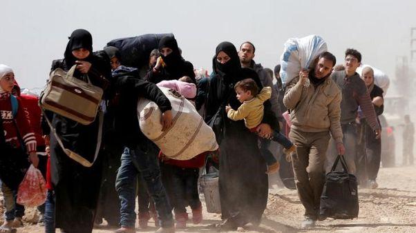 آلاف المدنيين يخرجون من الغوطة مع تقدم الجيش السوري