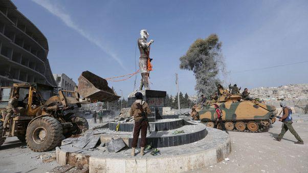 بيان: قوات تدعمها تركيا أسقطت تمثالا كرديا في وسط عفرين