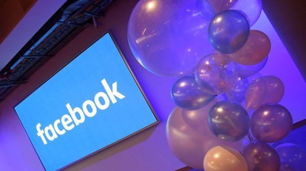 منتقدو فيسبوك يطالبون بقواعد تنظيمية وتحقيق بعد إساءة استخدام بيانات