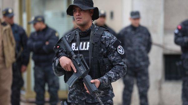 القوات التونسية تحاصر مسلحا في بيت قرب الحدود الليبية ومسلح ثان يفجر نفسه