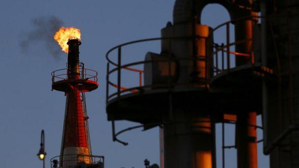 النفط يهبط 2% والخام الأمريكي يسجل أدنى مستوى منذ أوائل أبريل