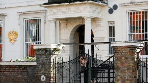 حافلتان تصلان إلى السفارة الروسية مع استعداد دبلوماسيين لمغادرة لندن