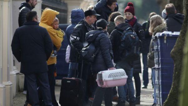 Affaire Skripal: des diplomates russes expulsés quittent l'ambassade à Londres