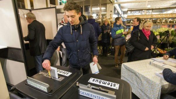Pays-Bas: les municipales éclipsées par un référendum sur les services de renseignement
