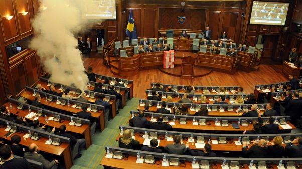 المعارضة في كوسوفو تطلق غازا مسيلا للدموع في البرلمان احتجاجا على اتفاق حدودي