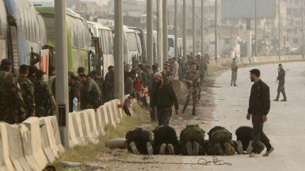 Syrie: un premier convoi de rebelles de la Ghouta en route pour Idleb (TV d'Etat)
