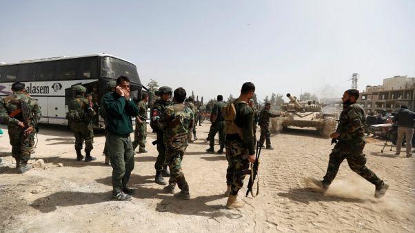 حافلات تقل مسلحين وأسرهم تبدأ مغادرة حرستا في الغوطة صوب إدلب شمال سوريا