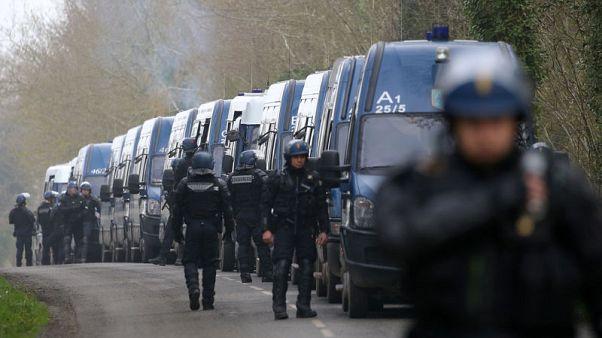 الشرطة تشتبك مع محتجين احتلوا مطارا مهجورا بغرب فرنسا