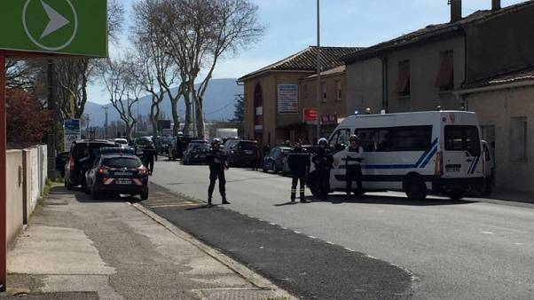 مسؤول بنقابة الشرطة: مهاجم جنوب فرنسا قتل شخصا قبل أن يحتجز رهائن