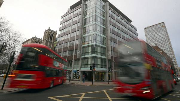 محققون يدخلون مقر شركة كمبردج أناليتيكا في لندن