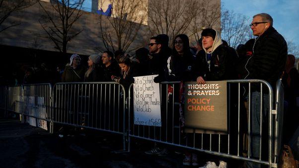 آلاف الأمريكيين يشاركون في مسيرة لفرض قيود على الأسلحة