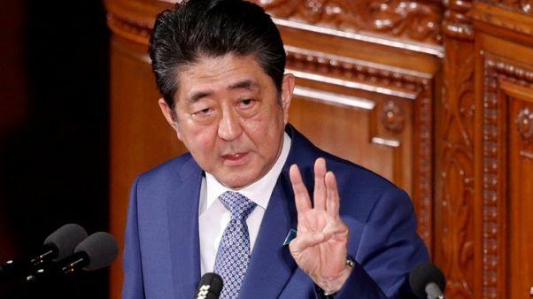رئيس وزراء اليابان يعتذر وسط فضيحة محسوبية ويتعهد بمراجعة الدستور