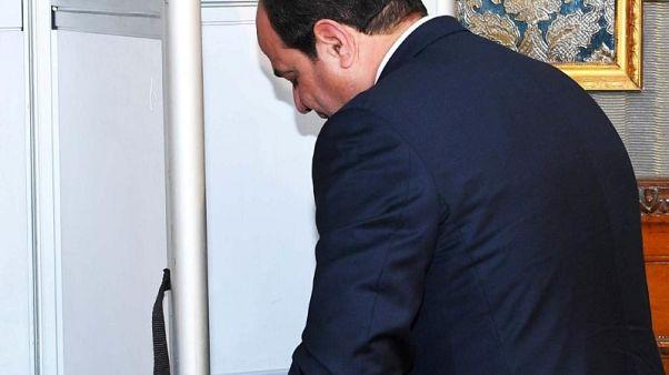 رجل في الأخبار-السيسي قائد الجيش السابق يتعهد بحماية أمن مصر