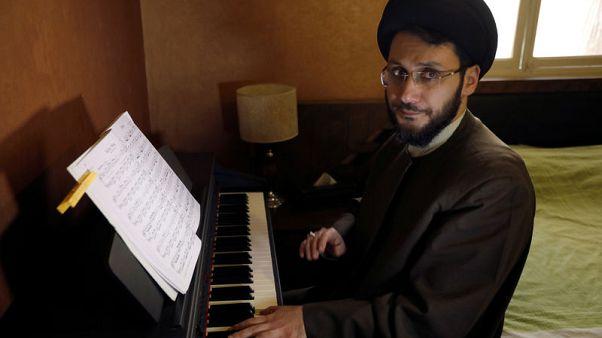 رجل دين شيعي لبناني يثير الجدل بسبب مقطع مصور له وهو يعزف البيانو