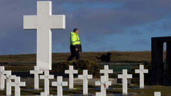 36 ans après, 200 Argentins sur les tombes de soldats tombés aux Malouines