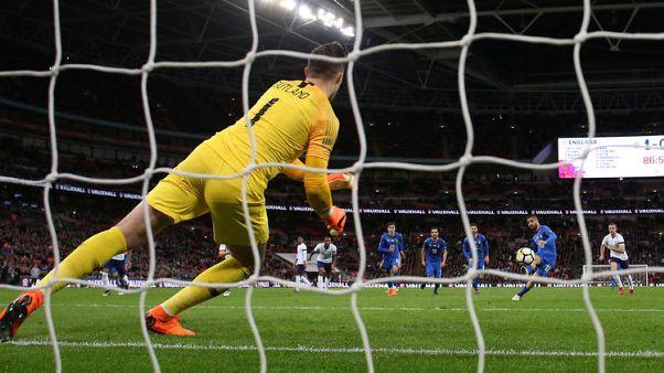 هدف إيطالي قرب النهاية من ركلة جزاء يحرم إنجلترا من الفوز