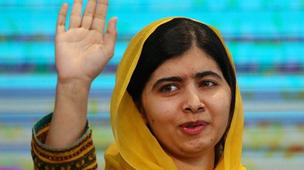 الدموع تغالب ملاله بعد رجوعها لباكستان لأول مرة منذ محاولة قتلها