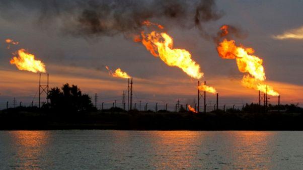 استطلاع - النفط سيصعد في 2018 مع استمرار شد الحبل بين أوبك والإنتاج الأمريكي