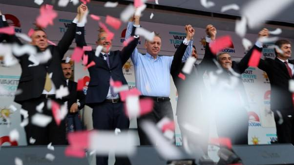 إردوغان يقول حزبه قد يسعى لتشكيل ائتلاف إذا لم يحقق أغلبية برلمانية