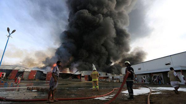 حريق كبير في ميناء الحديدة اليمني يدمر مواد إغاثة