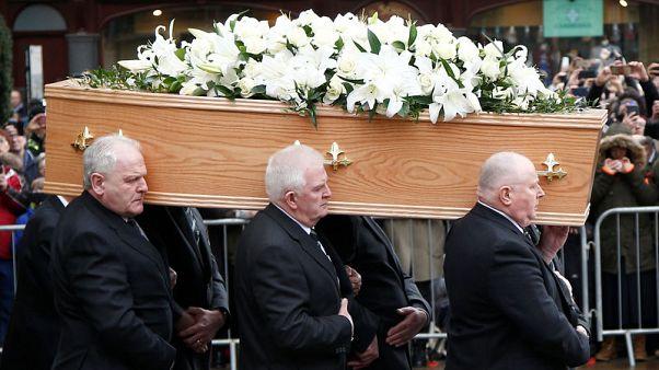 المشيعون يتدفقون على شوارع كمبردج لحضور جنازة ستيفن هوكينج