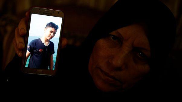 أُسرة في غزة تضيء الشموع لتأبين ابنها في عيد ميلاده الرابع عشر
