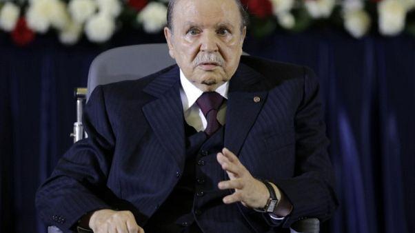 بوتفليقة يعين أربعة وزراء جددا ويبقي على وزير الطاقة في منصبه