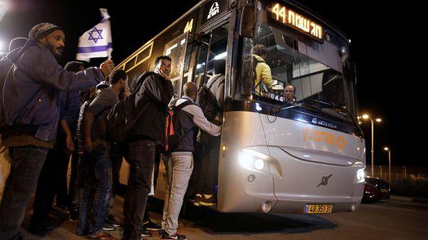 إسرائيل تفرج عن مهاجرين محتجزين بعد إلغاء اتفاق لنقلهم للخارج