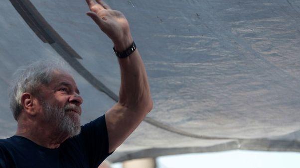 رئيس البرازيل السابق لولا دا سيلفا يقول سيسلم نفسه للشرطة