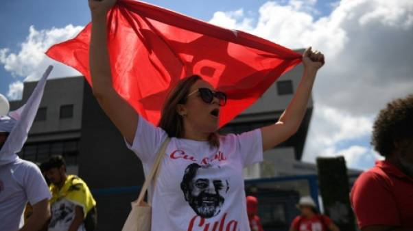 Brésil: tensions à Curitiba, où pourrait être incarcéré Lula