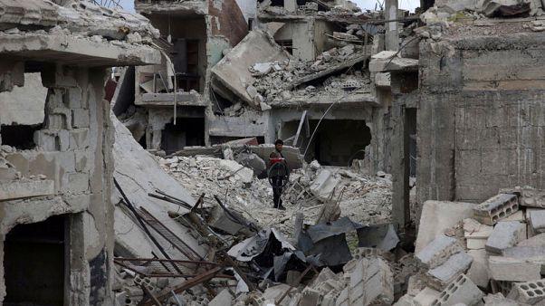 المعارضة تقول القوات السورية تستهدف دوما بمواد كيماوية ودمشق تنفي