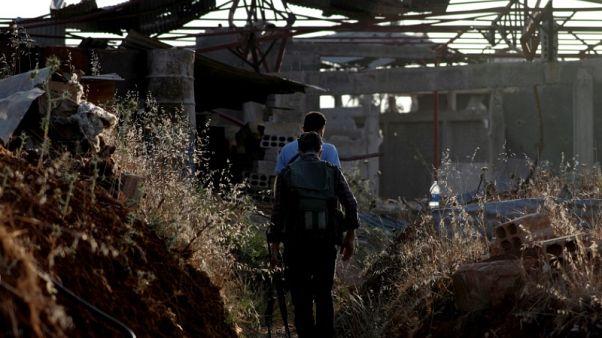 مقاتلون من المعارضة السورية يستعدون لمغادرة درعا إلى مناطق في الشمال