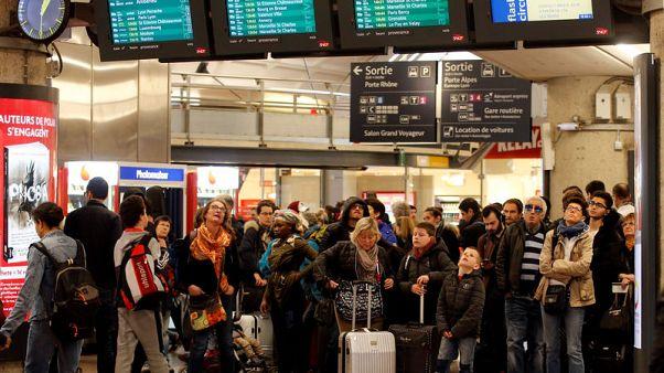 فوضى في قطارات فرنسا مجددا مع احتدام الأزمة بين العمال وماكرون