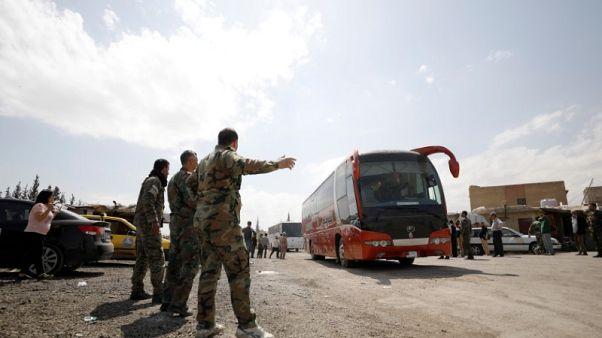إعلام رسمي: عشرات المسلحين والرهائن يغادرون دوما بموجب اتفاق