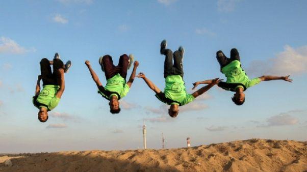 """A la frontière entre Gaza et Israël, des Palestiniens """"résistent"""" avec le parkour"""