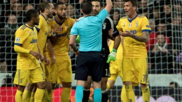 """Ligue des champions: Buffon et l'arbitre au """"sac poubelle à la place du coeur"""""""
