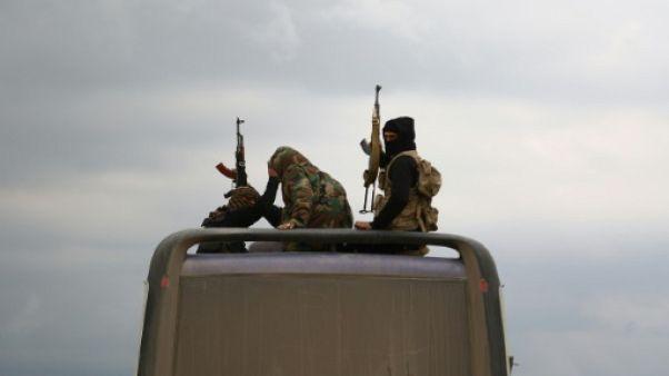 Syrie: les rebelles à Douma remettent leurs armes lourdes, leur chef évacué