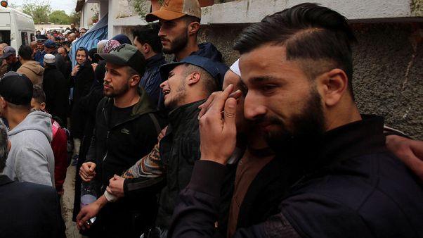 الجزائريون يبكون ضحايا تحطم الطائرة العسكرية
