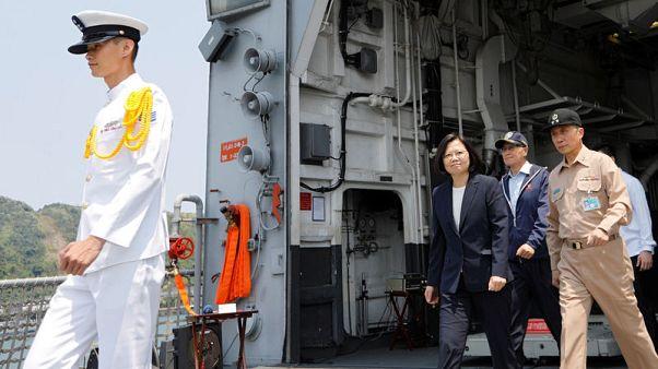 رئيسة تايوان تحضر تدريبا عسكريا قبالة الساحل الشرقي