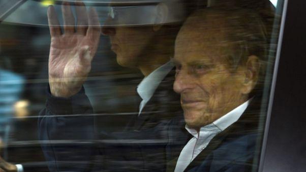 الأمير فيليب يغادر المستشفى بعد جراحة في الفخذ